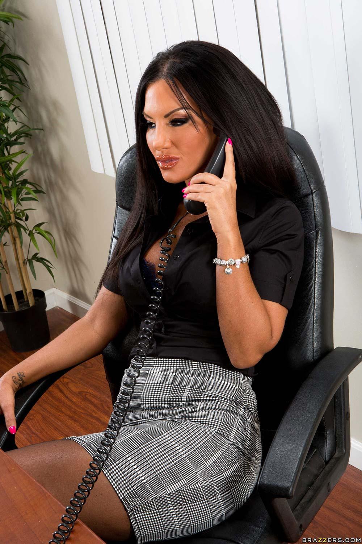 Секретарша в юбки разговаривает по телефону