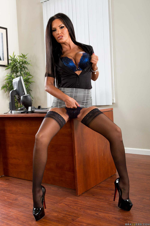 Секретарша подняла юбку для секса