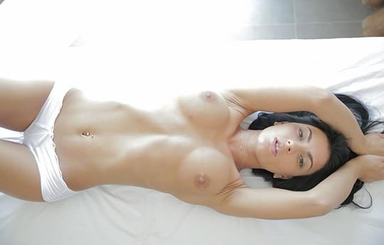 Трахают нежный секс на массажном столе пучину
