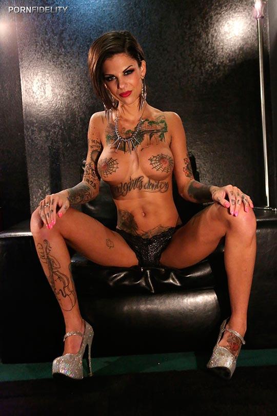 Жесткое порно с татуированной онлайн, пизда у нее такая что просто офигеть