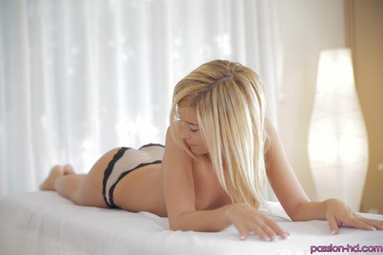 Худенькая блондинка Lola Reve на массажном столе