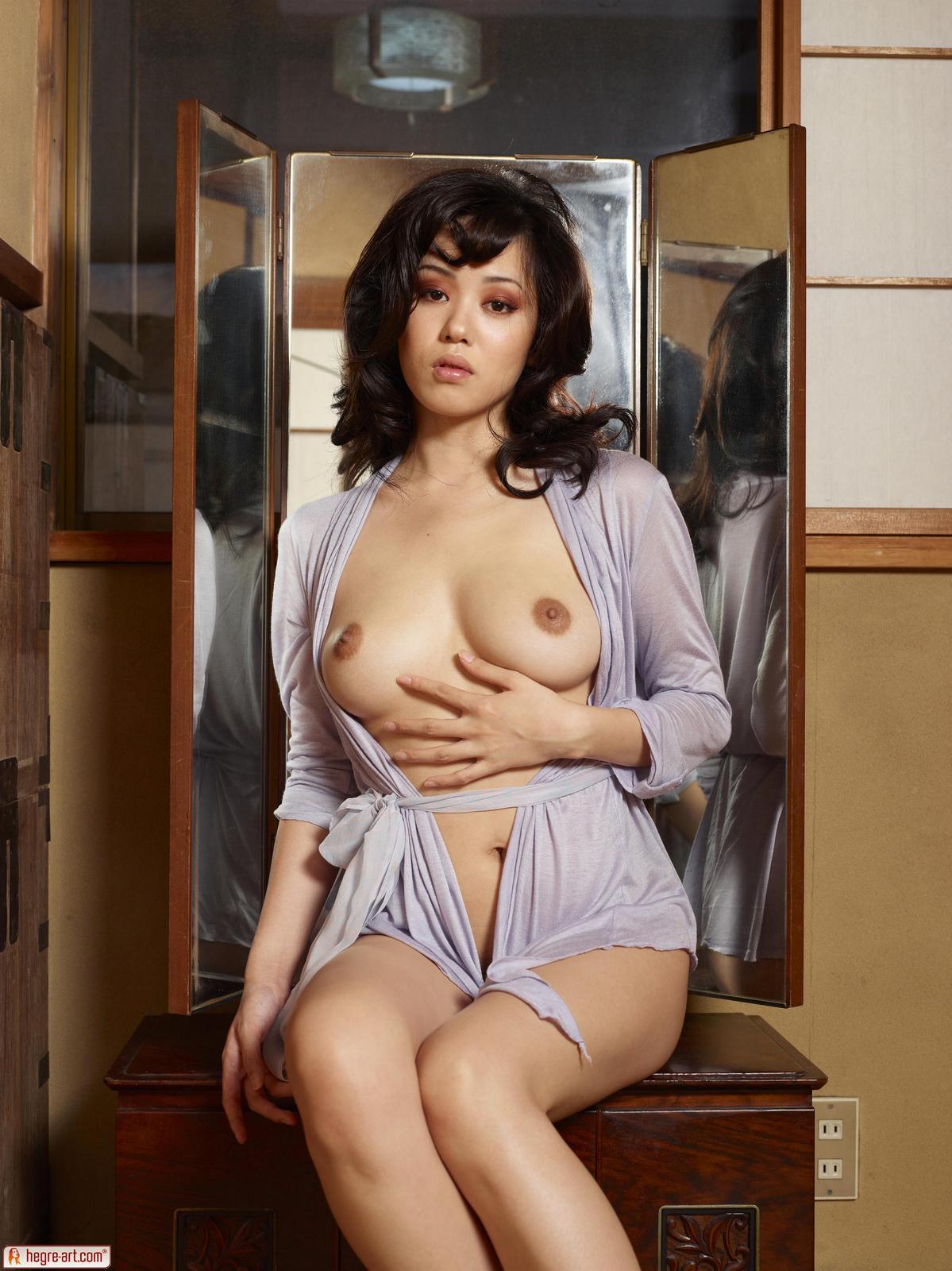 Китаянка с небритой киской делает фото у зеркала