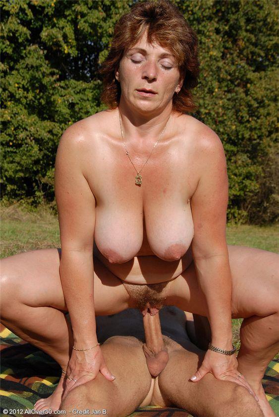 Порно зрелая и юнец на природе #8
