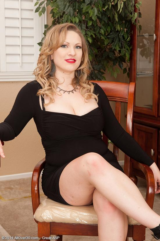Порно с зрелой в черном платье