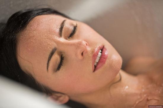 Красавица Veronica Radke хочет жаркой и страстной порки в ванне