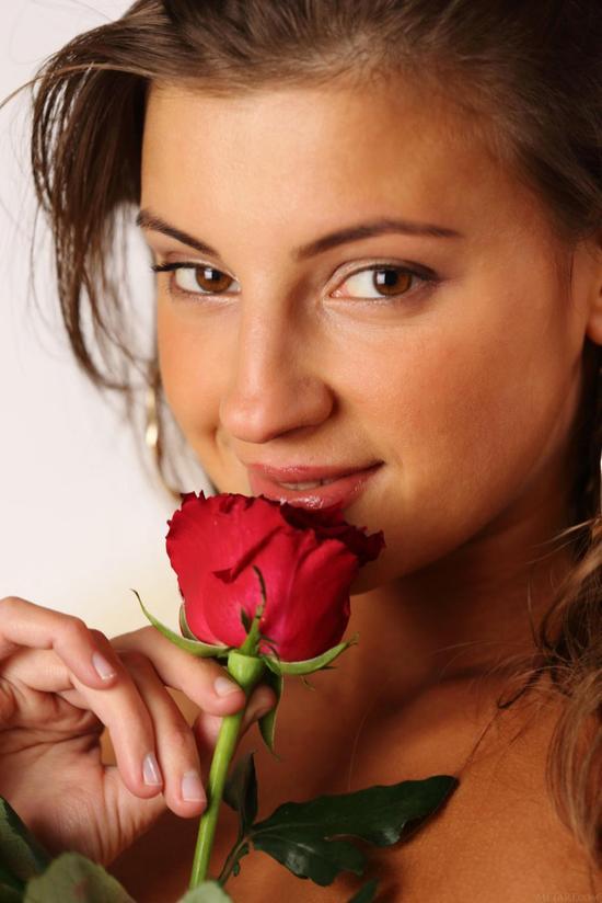 Обнаженная девушка Melena A разместилась на кроватке рядом с большим красивым букетом