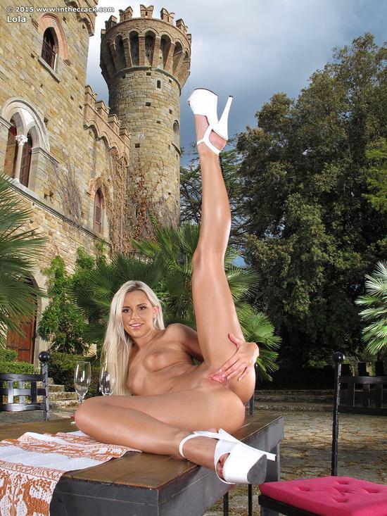 Lola Myluv светит розовой щелью крупным планом