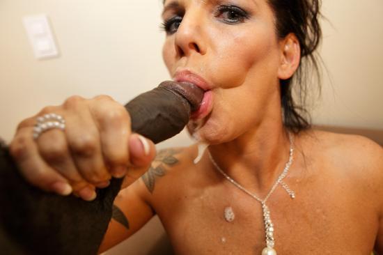 Daisy Rock выкачала из черного члена всю сперму себе в рот
