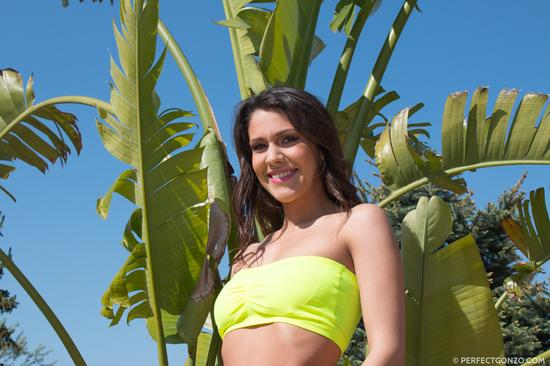 Большая попка в желтых трусиках Samia Duarte