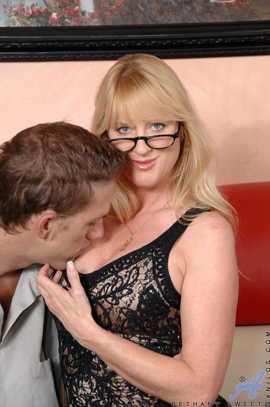 Сексуальная мамаша в коротком платье соблазнила юношу