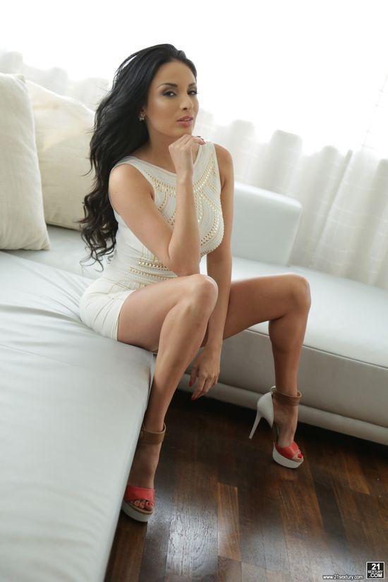 Фото на шпильках и в коротком платье по пизду