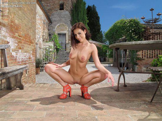 Оргазм фото на корточках раздвинула ножки голые