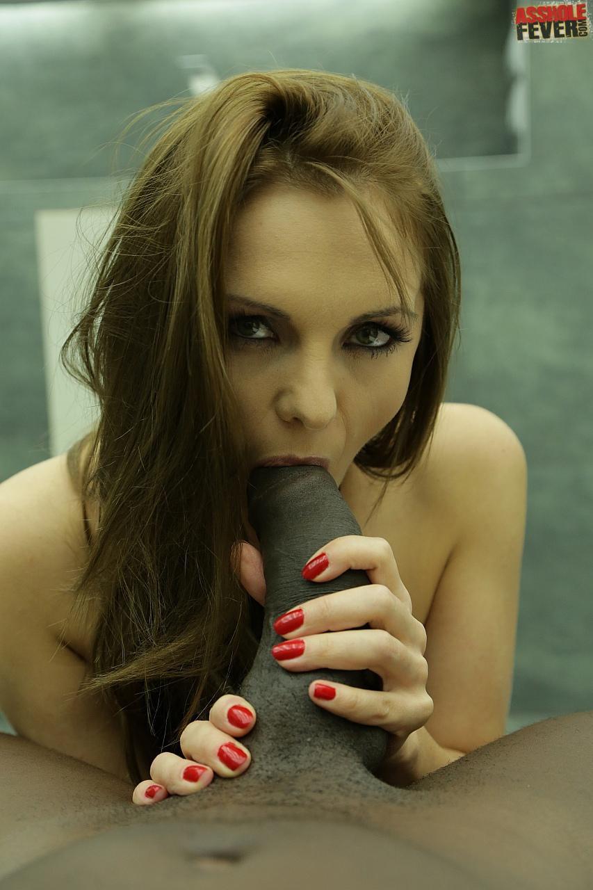 Красные ногти и чулки порно фото