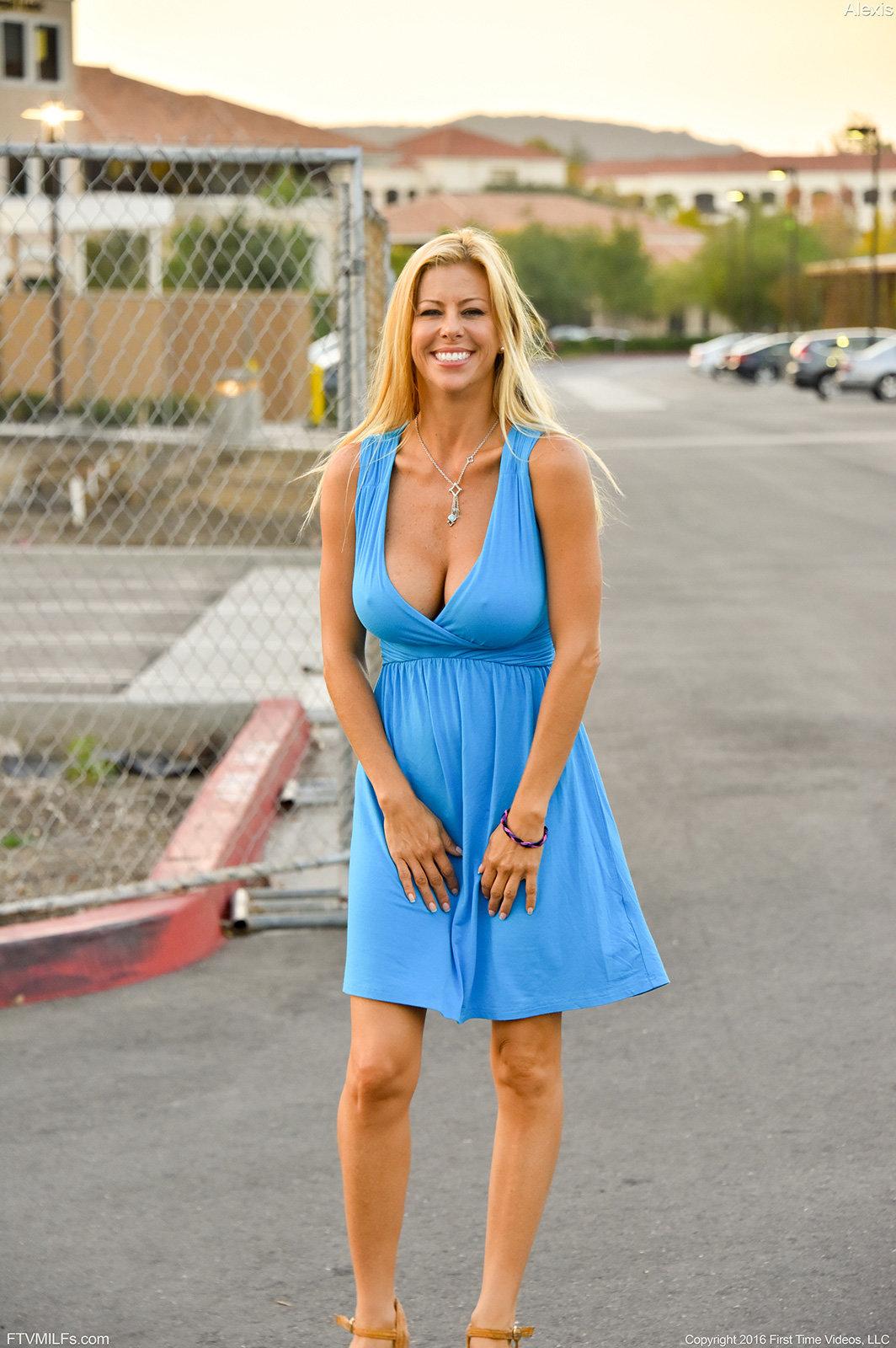 Зрелая актриса Alexis Fawx с голливудской улыбкой позирует на улице ...