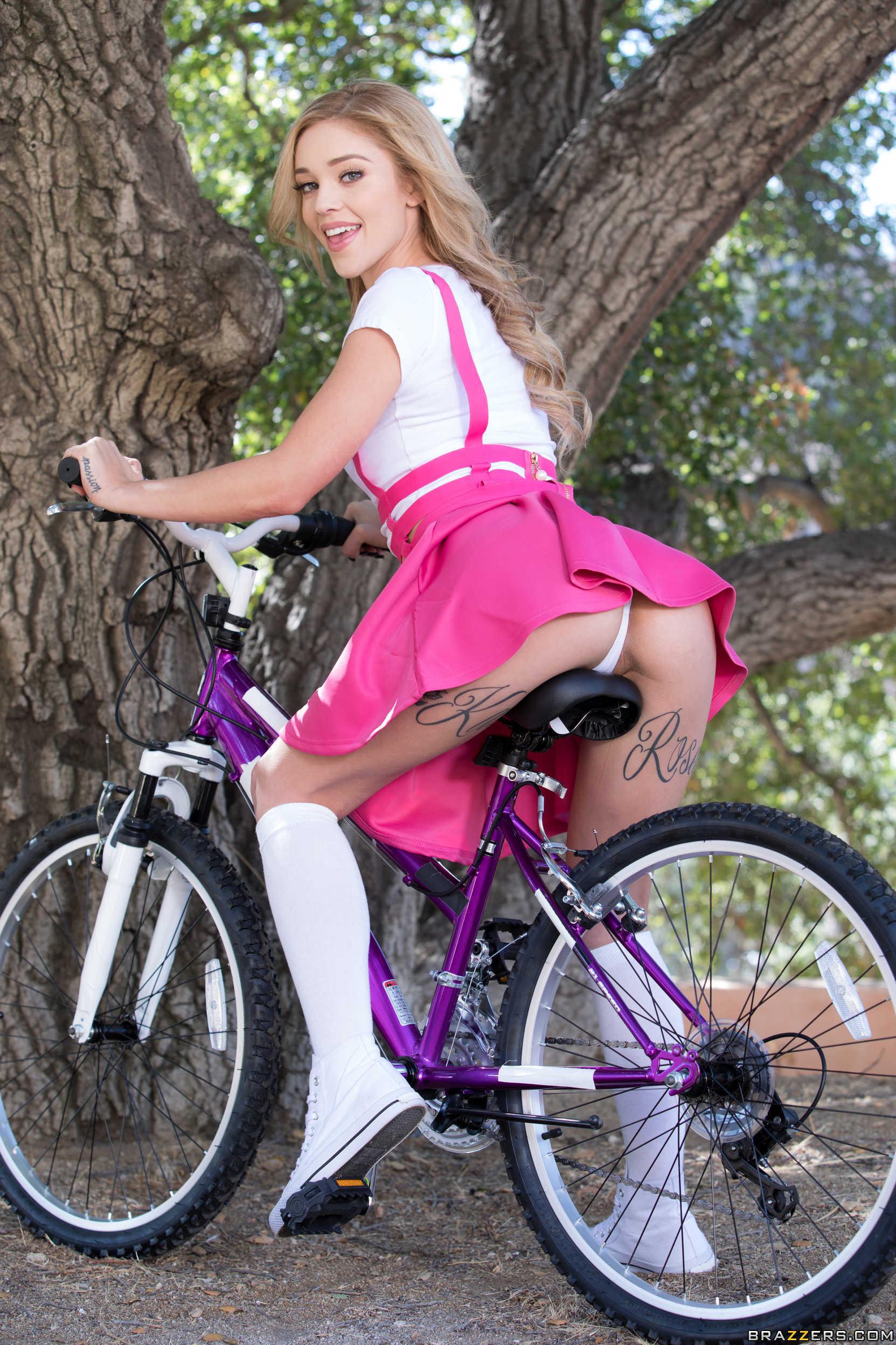 Блондиночка с большой задницей катается на велосипеде